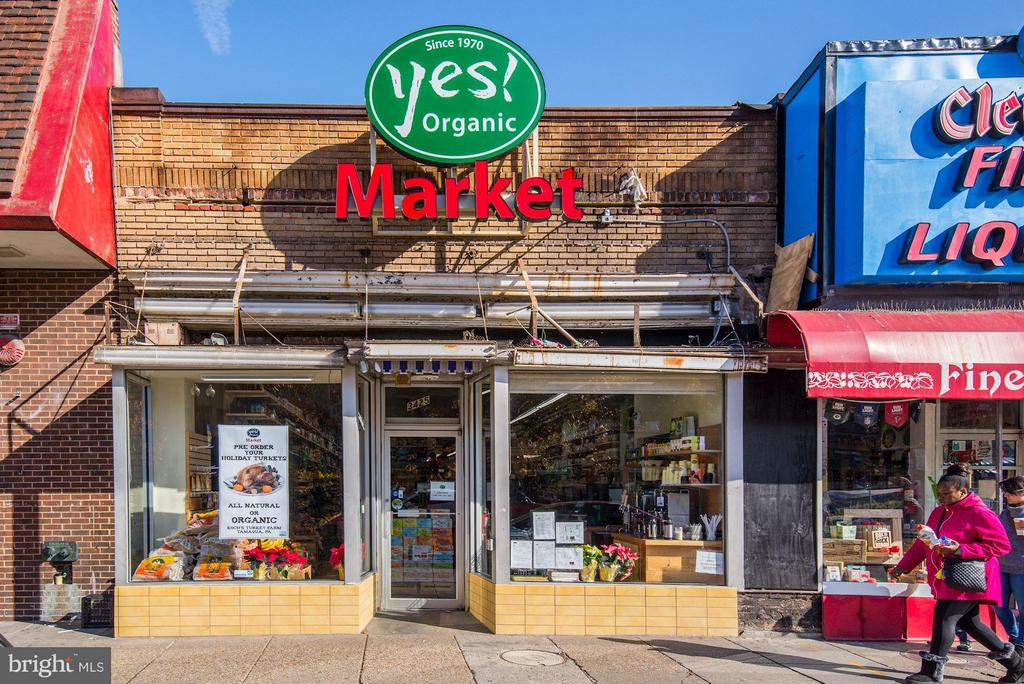 Yes! Market & Brookville Market just next door - 2729 ORDWAY ST NW #5, WASHINGTON