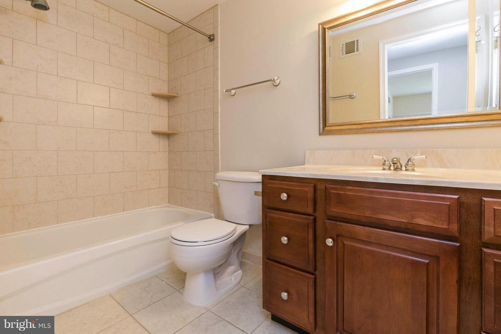 Bath - 10710 OAKENSHAW CT, BURKE