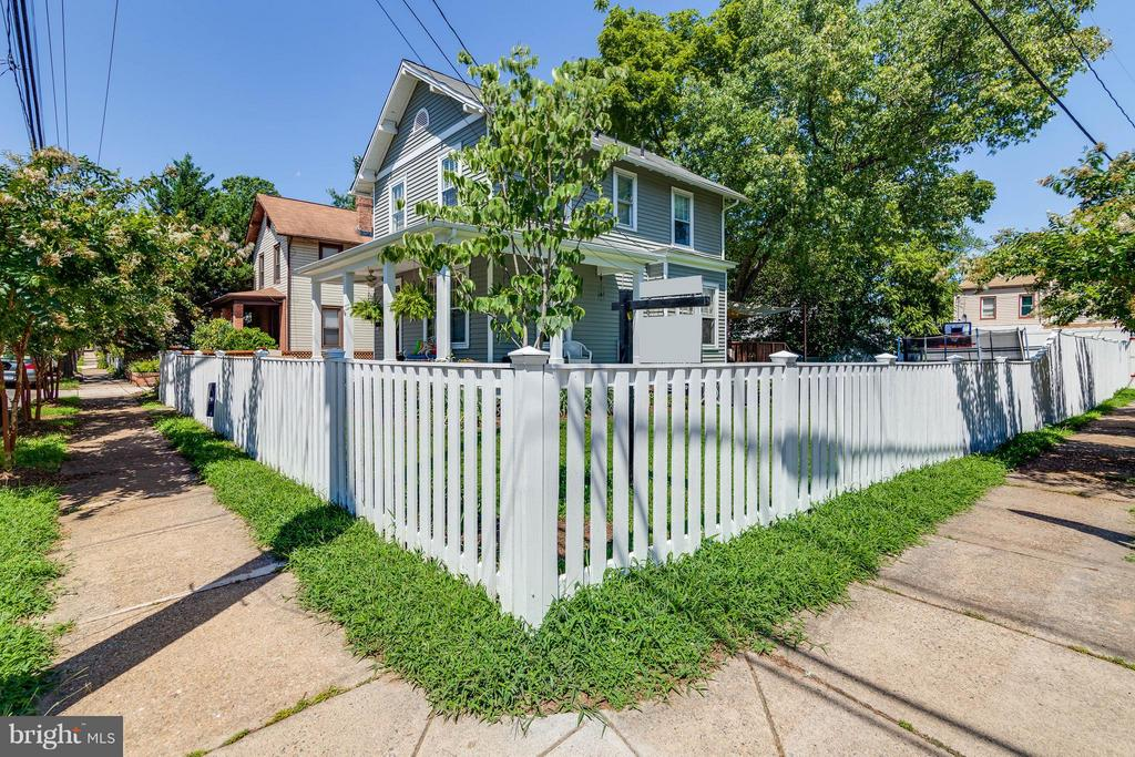 Cute white fence that wraps around the home - 328 HUME AVE, ALEXANDRIA