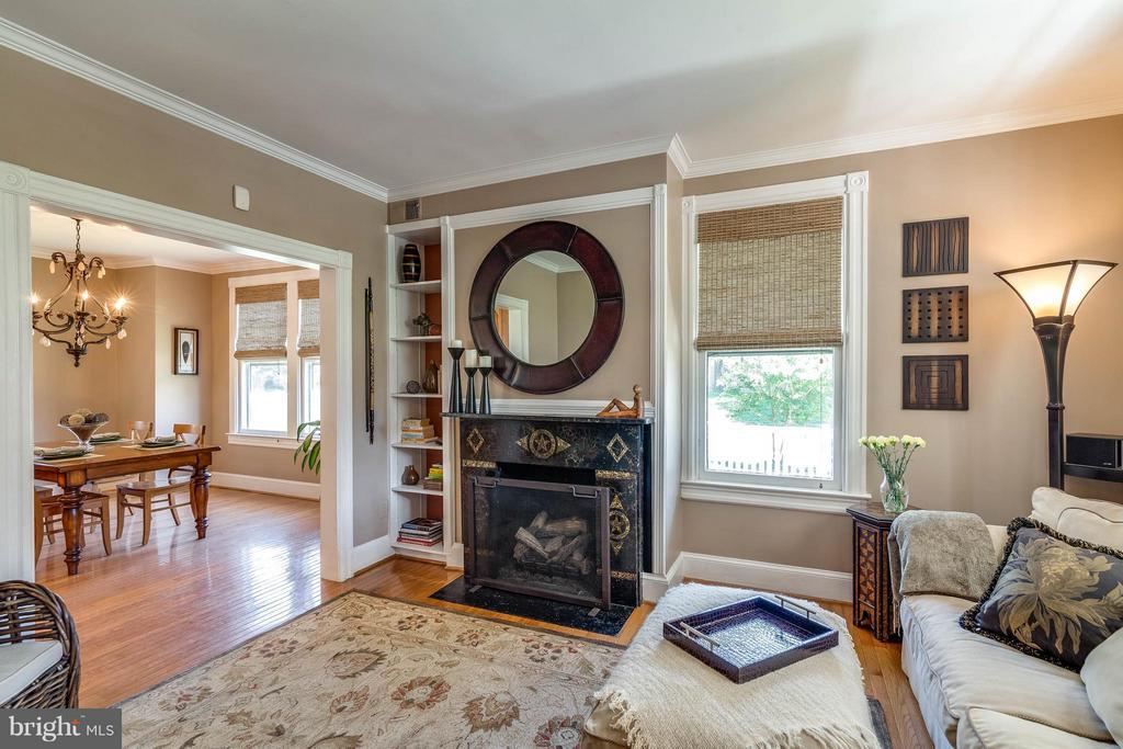 Recently installed cozy gas fireplace - 328 HUME AVE, ALEXANDRIA
