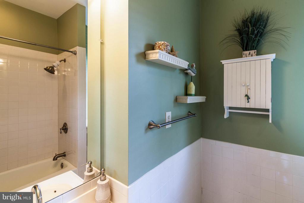 Charming bathroom upstairs - 328 HUME AVE, ALEXANDRIA