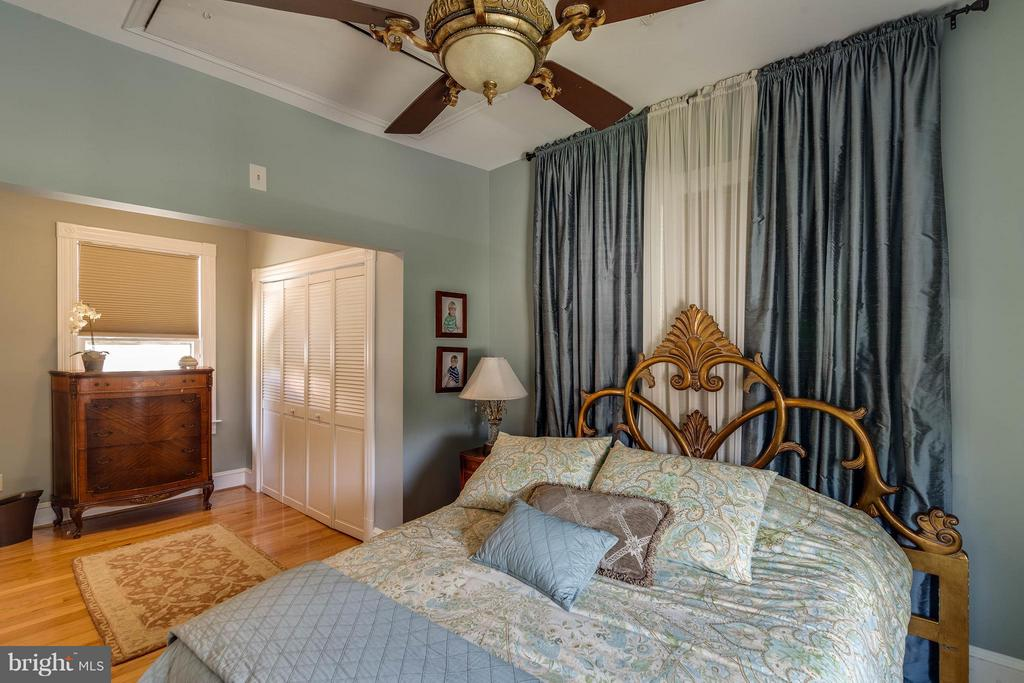 Master bedroom fitting a king bed plus more - 328 HUME AVE, ALEXANDRIA