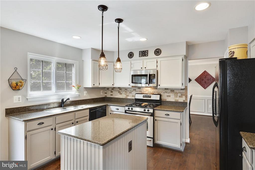 Kitchen w/updated appliances/fixtures/granite! - 20977 DEER RUN WAY, ASHBURN