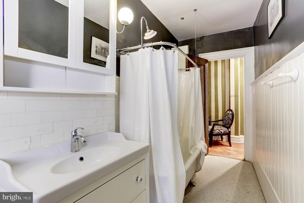 Updated bath - 2039 NEW HAMPSHIRE AVE NW #209, WASHINGTON