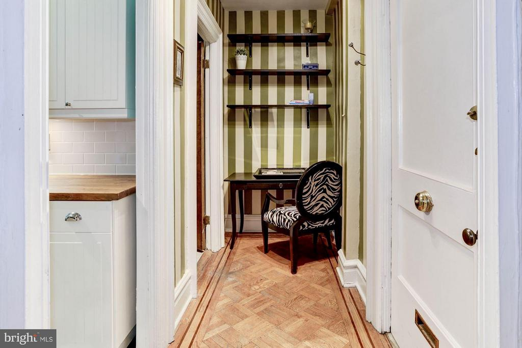 Entry foyer with office nook - 2039 NEW HAMPSHIRE AVE NW #209, WASHINGTON