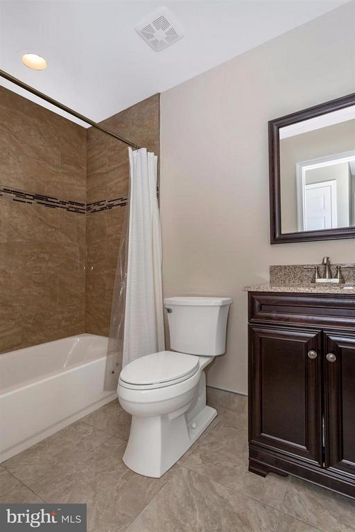 Main level hall full bath - 14112 CLEARWOOD CT, MOUNT AIRY