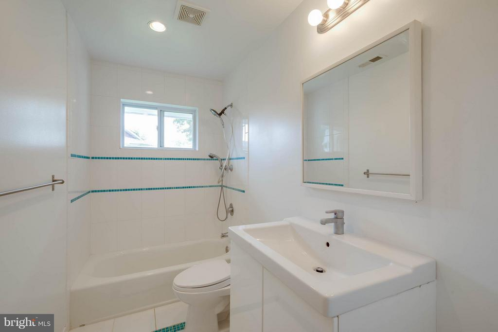 Hall Full Bath 2 - 4014 LASSEN CT, ALEXANDRIA