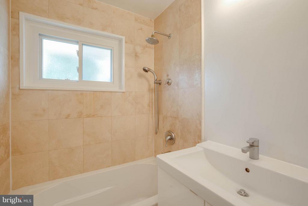Master bathroom - 4014 LASSEN CT, ALEXANDRIA