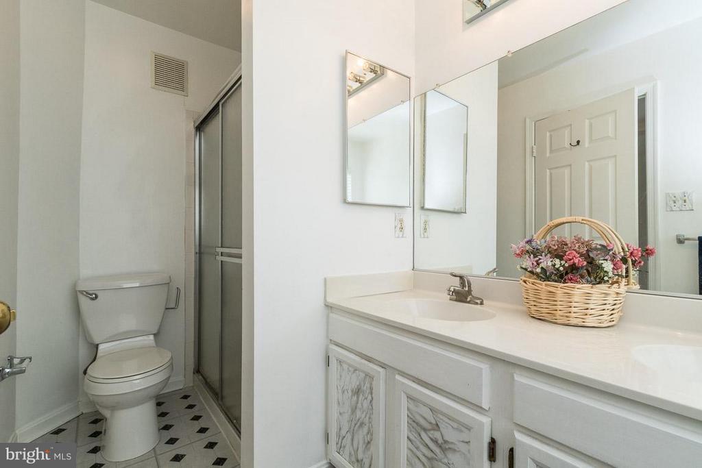 Dual Sinks in Master Bath - 17299 SLIGO LOOP, DUMFRIES
