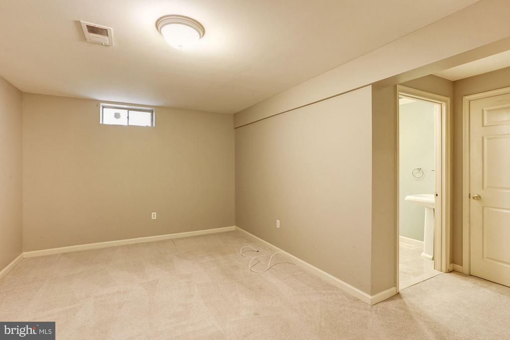 Bedroom Lower Level with Full Bath - 20519 PEMBRIDGE CT, STERLING
