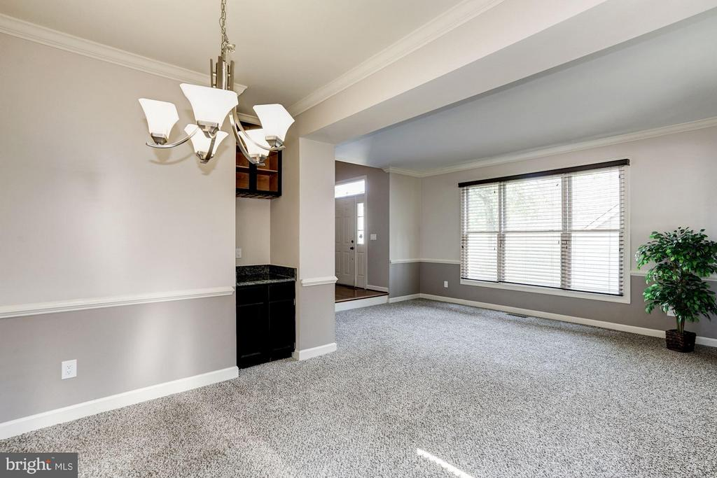 Dining room with Wine Bar - 20519 PEMBRIDGE CT, STERLING
