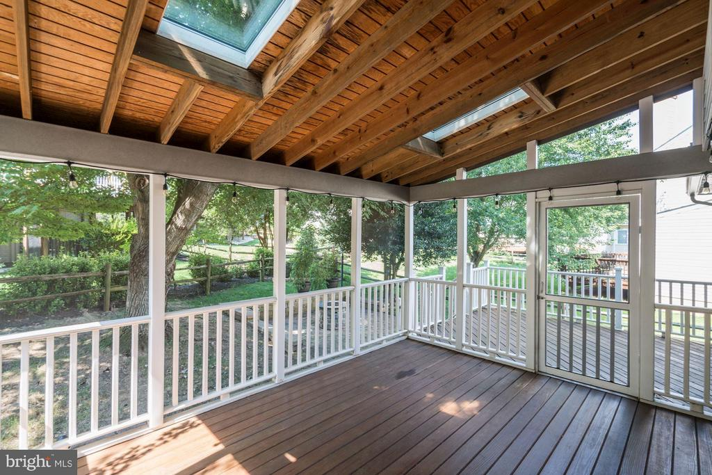 Screened in Porch for Outdoor Dining) - 20519 PEMBRIDGE CT, STERLING