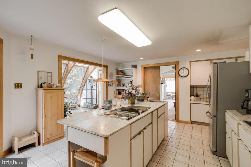 Kitchen with 4 Burner Cooktop - 4398 STEPNEY DR, GAINESVILLE