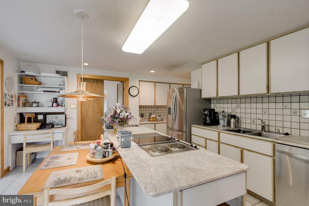 Kitchen with Vegetable Sink - 4398 STEPNEY DR, GAINESVILLE