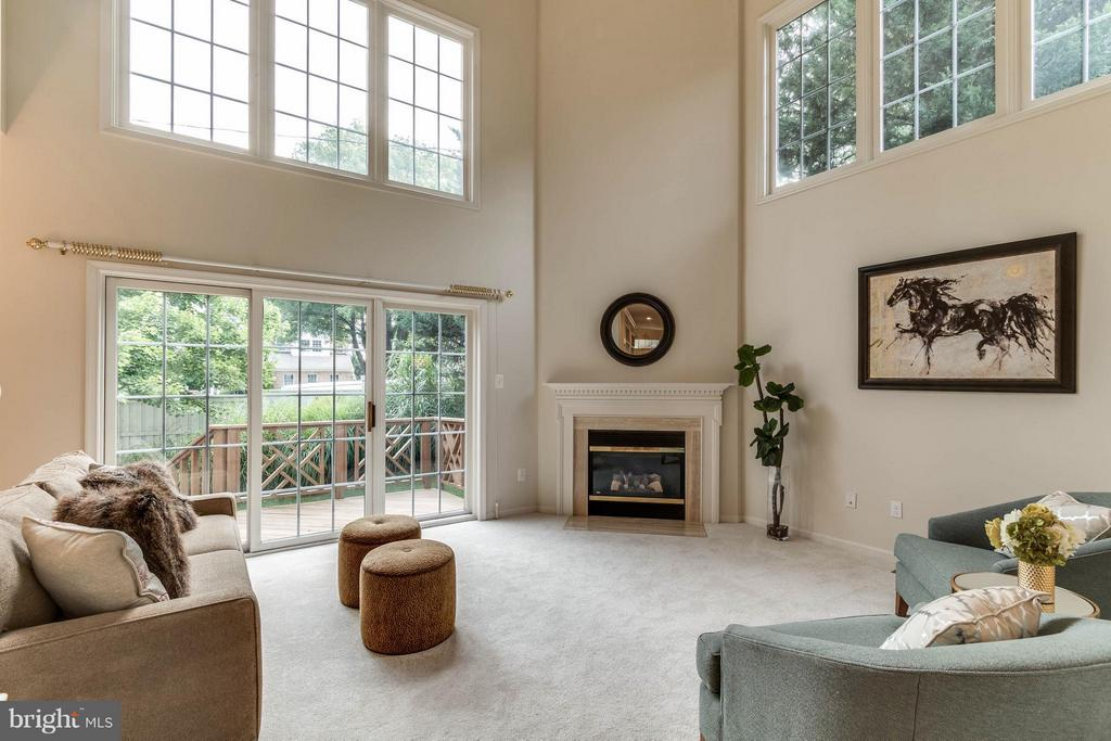 2 story family room - 10115 TATE CT, OAKTON