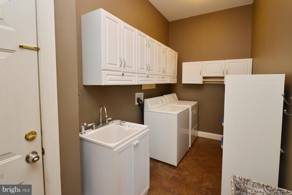 Laundry/Mud Room with utility sink and storage - 42828 FOREST SPRING DR, LEESBURG