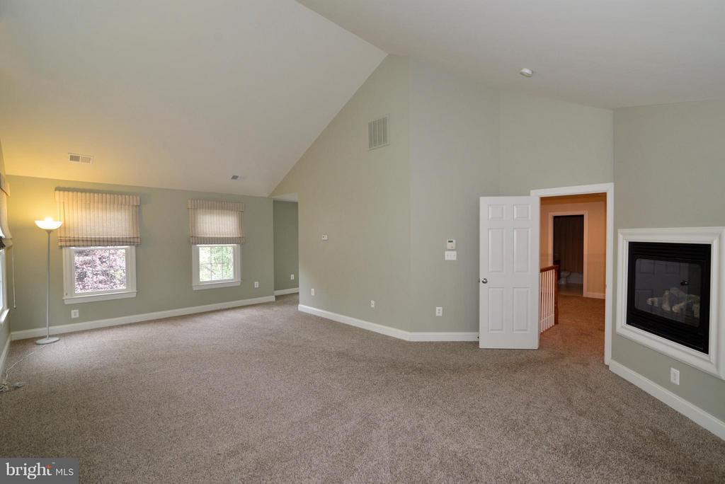 Spacious Mstr bdrm w/3 closets & sitting room - 39637 GOLDEN SPRINGS CT, HAMILTON