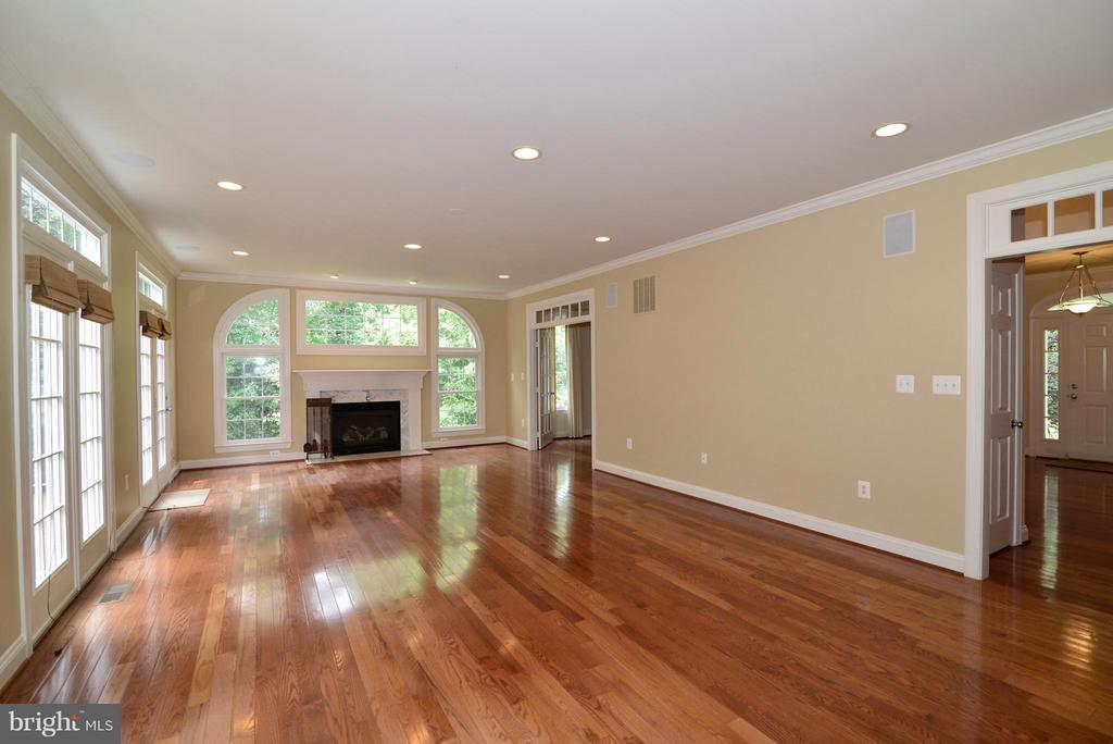 Spacious Family Room w/3 sets of French doors - 39637 GOLDEN SPRINGS CT, HAMILTON