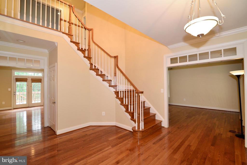 Two-story foyer with curved wood staircase - 39637 GOLDEN SPRINGS CT, HAMILTON
