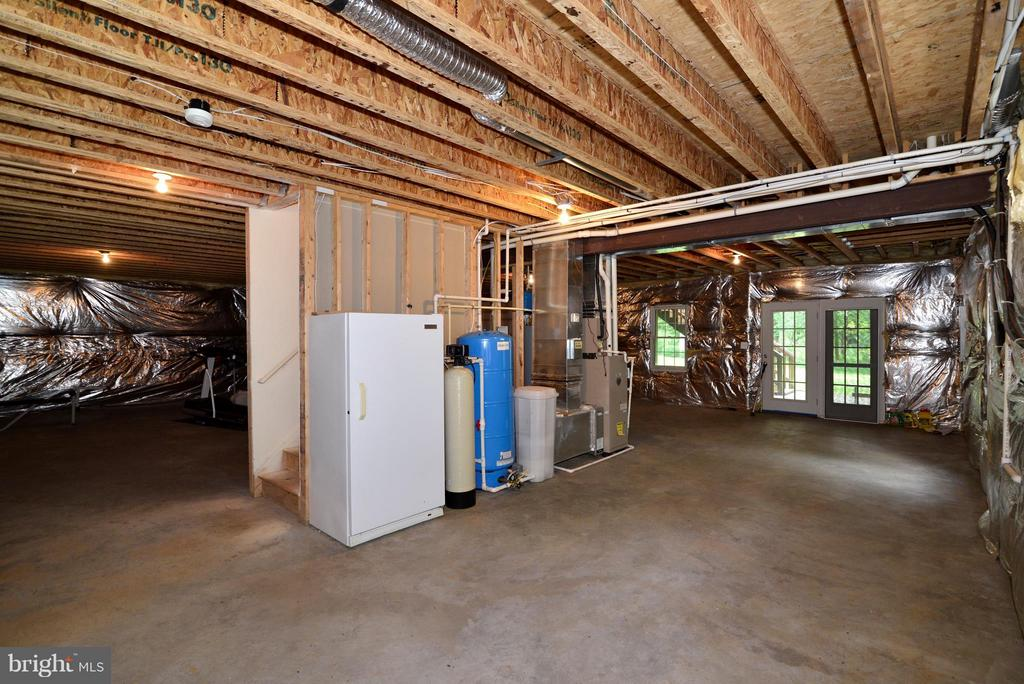 Walk-out basement with a full freezer - 39637 GOLDEN SPRINGS CT, HAMILTON