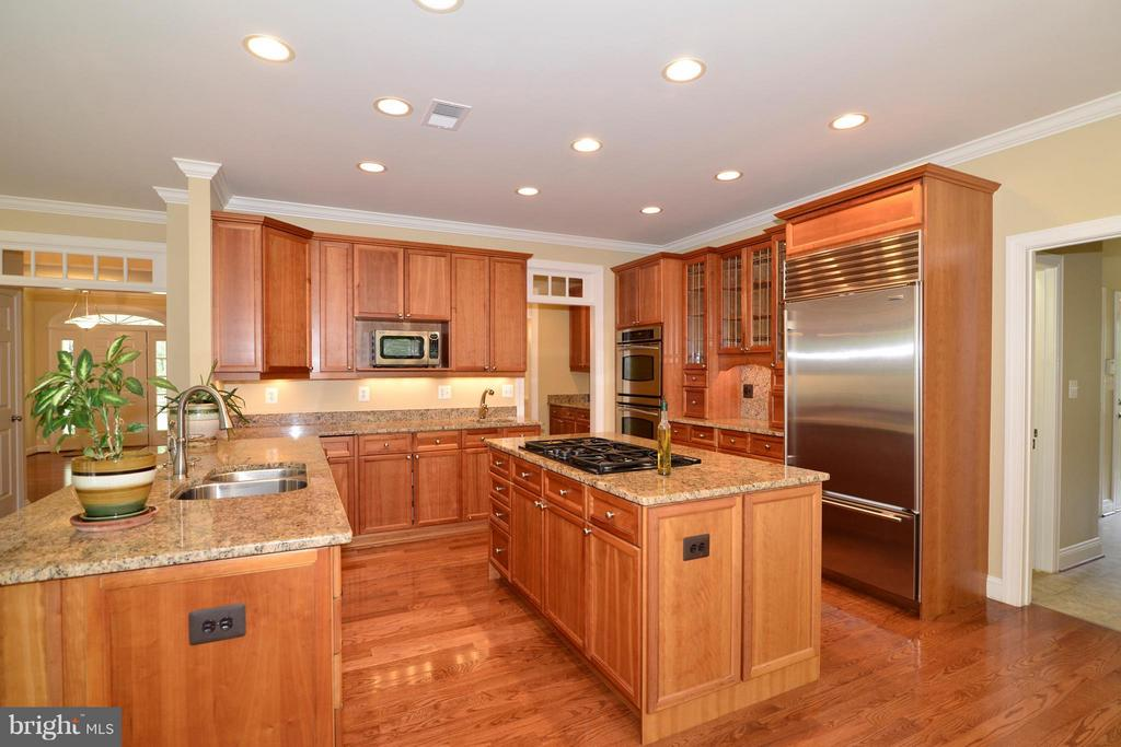 Gourmet kitchen w/granite counters cherry cabinets - 39637 GOLDEN SPRINGS CT, HAMILTON