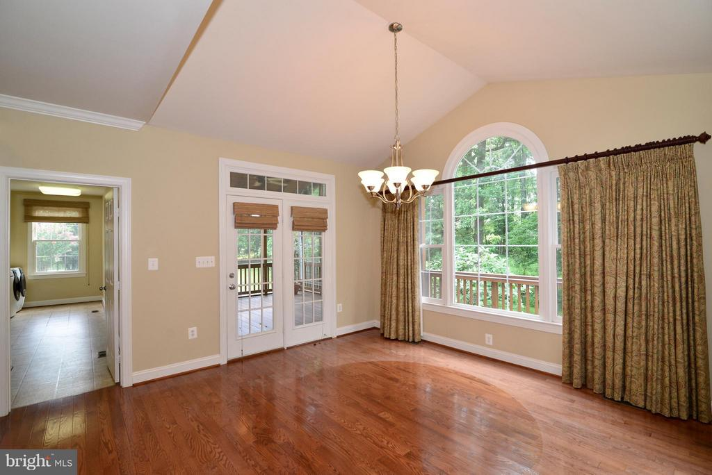Eat-in kitchen close to the mud room - 39637 GOLDEN SPRINGS CT, HAMILTON