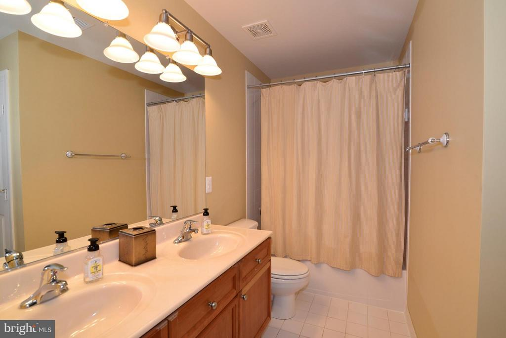 Upper level hall bath w/dual sinks - 39637 GOLDEN SPRINGS CT, HAMILTON