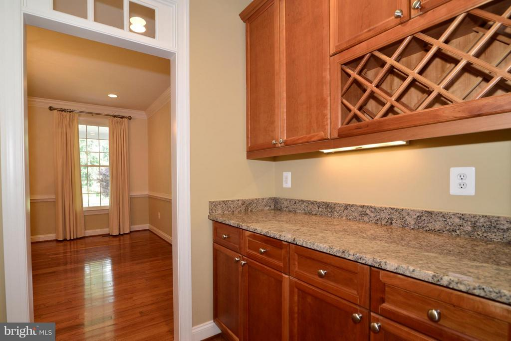 Butlers pantry - 39637 GOLDEN SPRINGS CT, HAMILTON