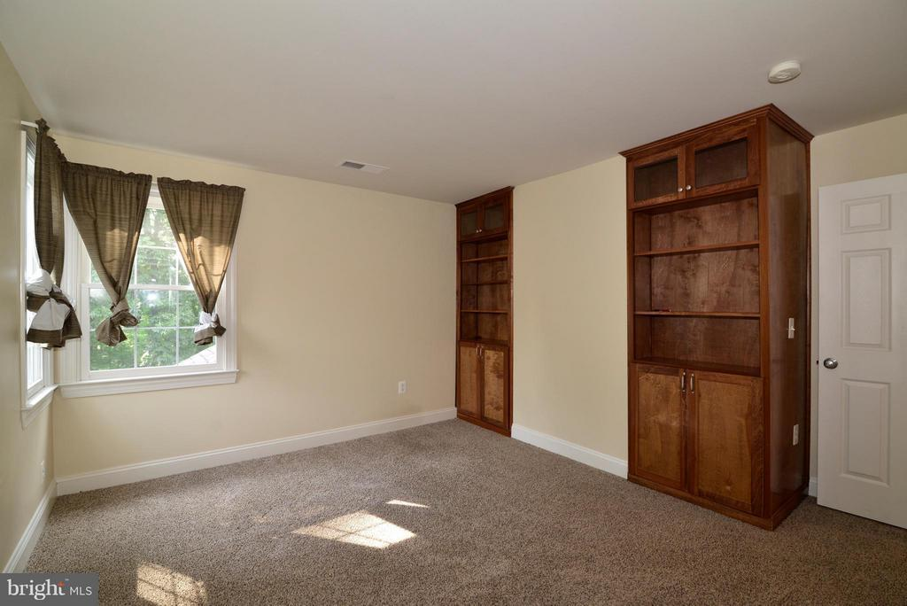 Third bedroom with built-in cabinets - 39637 GOLDEN SPRINGS CT, HAMILTON