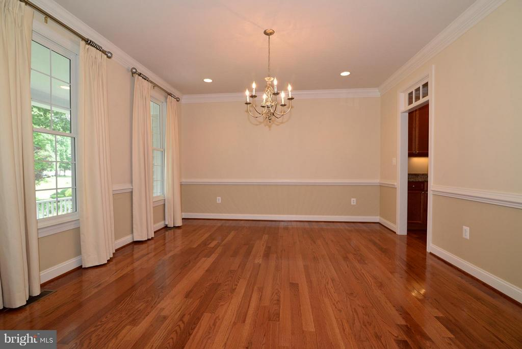 Dining room w/crown molding and custom drapes - 39637 GOLDEN SPRINGS CT, HAMILTON