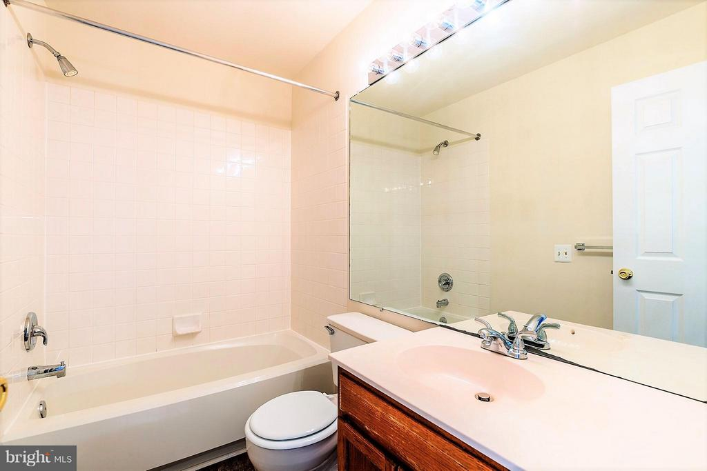 Full Bath on Upper Level - 2585 MIRANDA CT, WOODBRIDGE