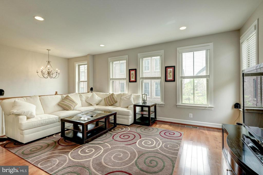 Sunny Living Room at the Top of Stairs - 2527 KENMORE CT, ARLINGTON