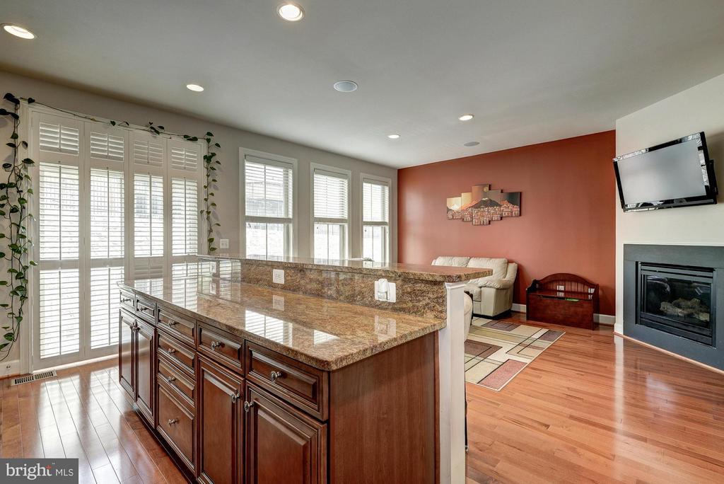 Kitchen Overlooks the Family Room - 2527 KENMORE CT, ARLINGTON