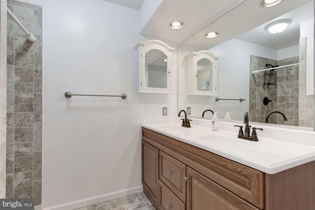 Master Bath with Designer Tile - 21314 THIMBLEWEED CT, ASHBURN