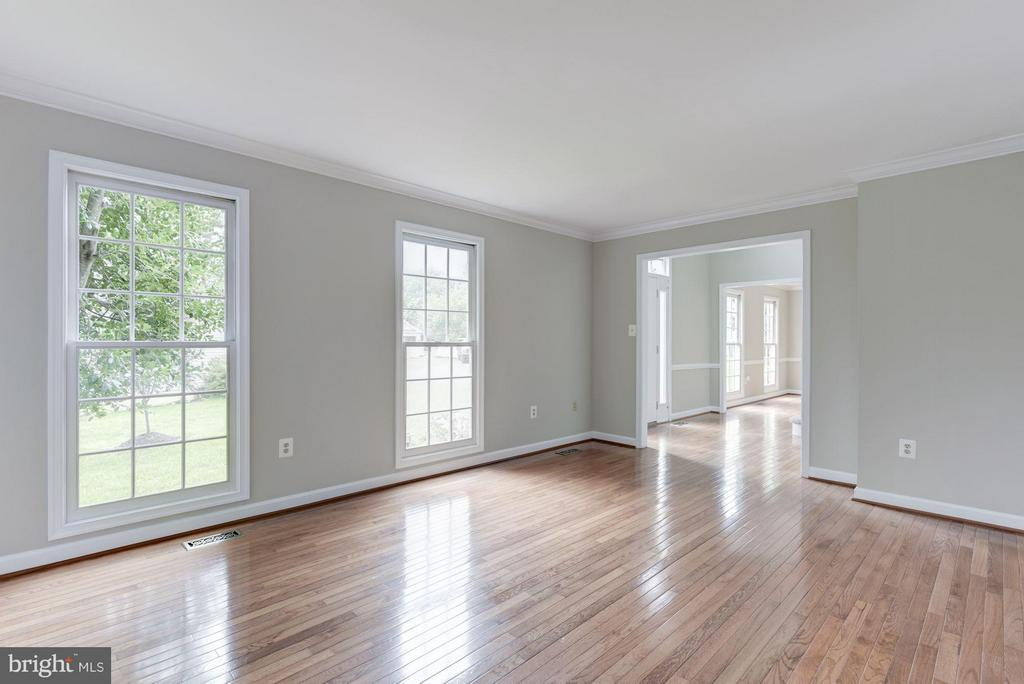 Living Room with Hardwood Floors - 21314 THIMBLEWEED CT, ASHBURN