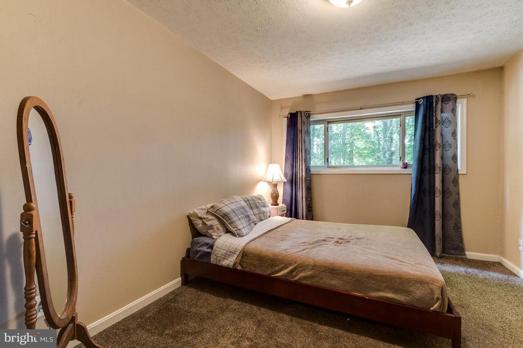 Spacious master bedroom - 4379 AMERICANA DR #10, ANNANDALE