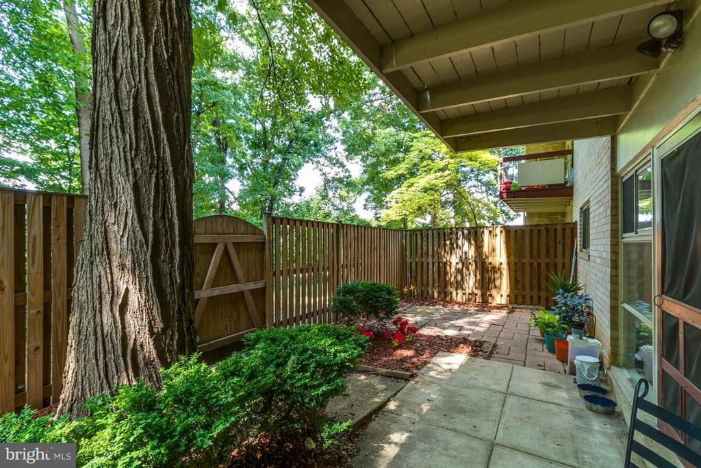 Your own quiet retreat - 4379 AMERICANA DR #10, ANNANDALE