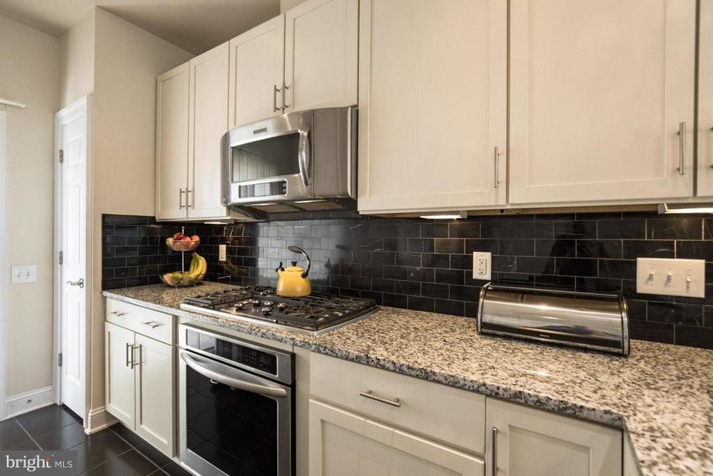 Ceramic backsplash - 3072 WATERLOO LN, FAIRFAX