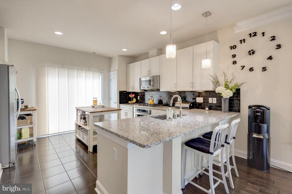 Gourmet kitchen with upgraded appliances - 3072 WATERLOO LN, FAIRFAX