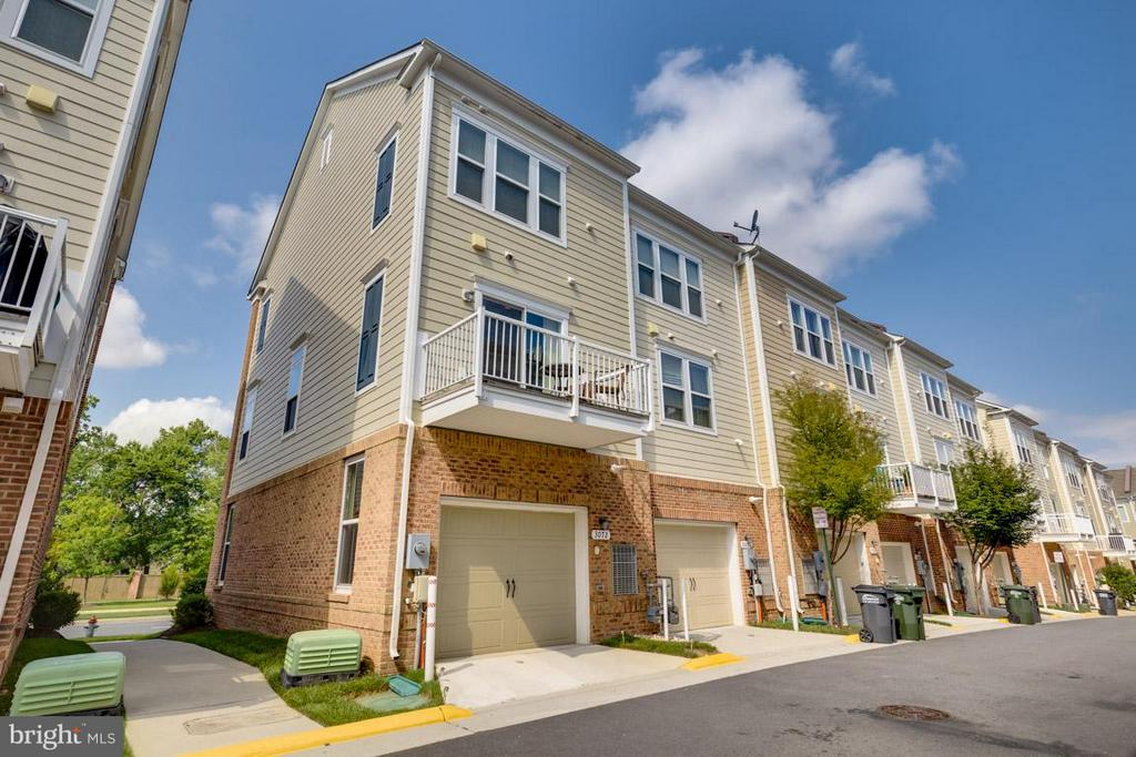 End unit townhome with one car garage - 3072 WATERLOO LN, FAIRFAX