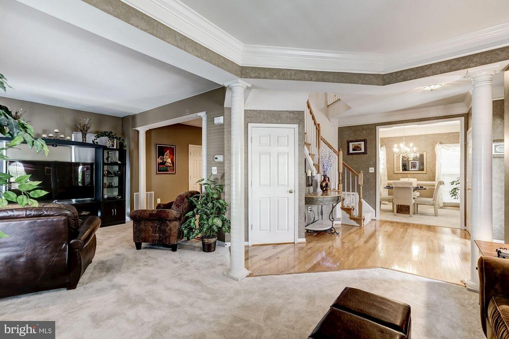 Fabulous interior flow on main level - 8251 LAUREL HEIGHTS LOOP, LORTON