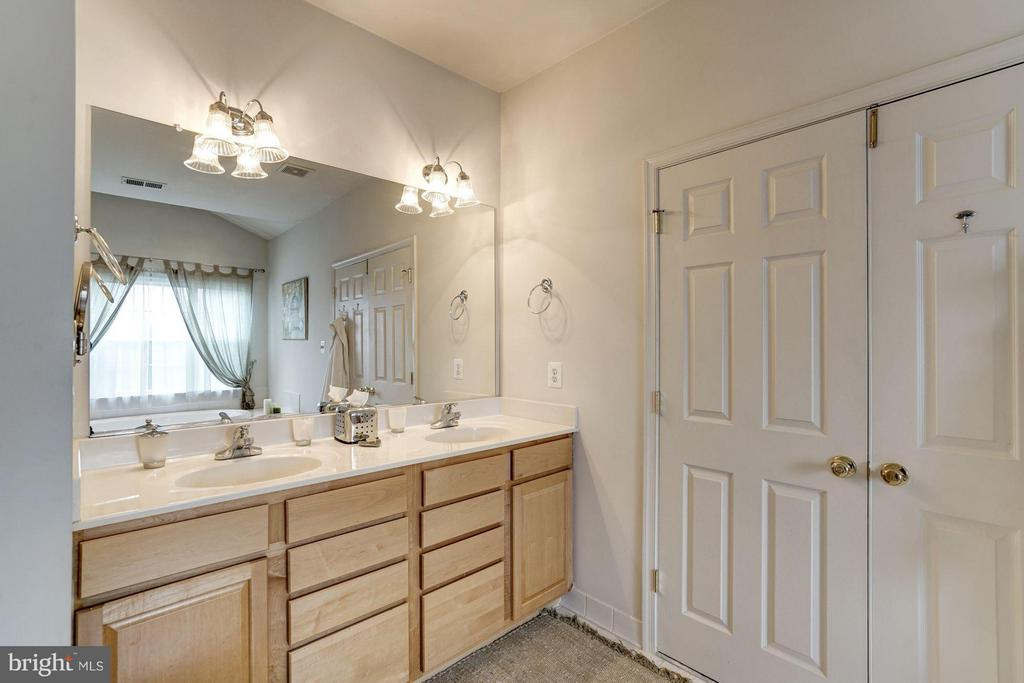 Dual sinks, jacuzzi tub, separate toilet area - 8251 LAUREL HEIGHTS LOOP, LORTON