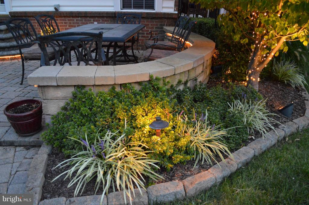Top notch landscaping! - 8251 LAUREL HEIGHTS LOOP, LORTON