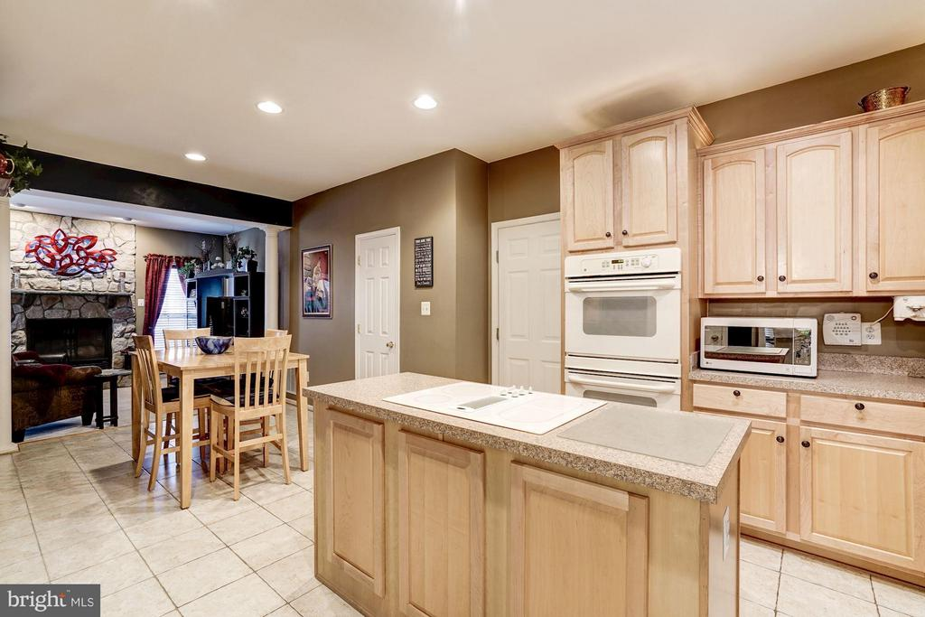 Large Kitchen with double ovens & table space - 8251 LAUREL HEIGHTS LOOP, LORTON
