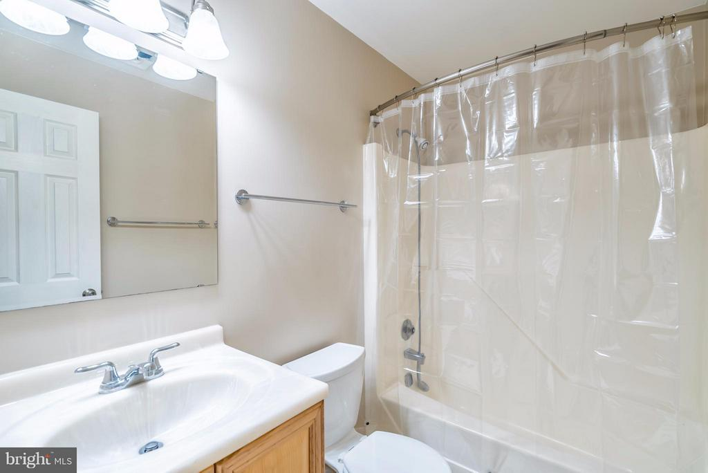 Bath (Master) - 1504 MILLIKENS BEND RD, HERNDON