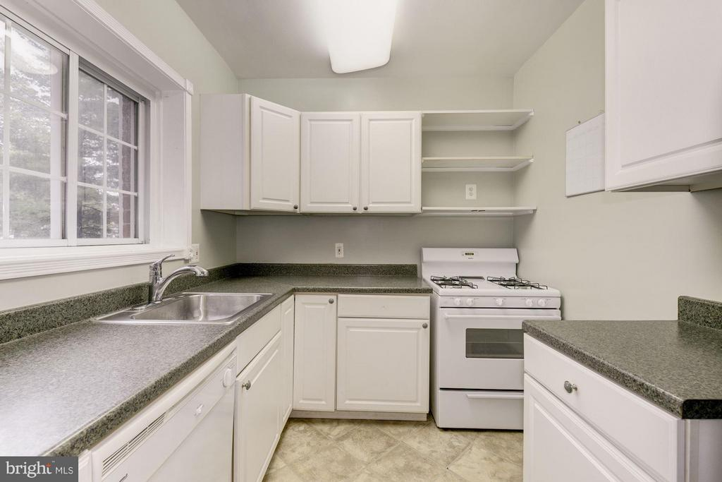 Beautiful kitchen with window above sink - 3340 MARTHA CUSTIS DR #215, ALEXANDRIA