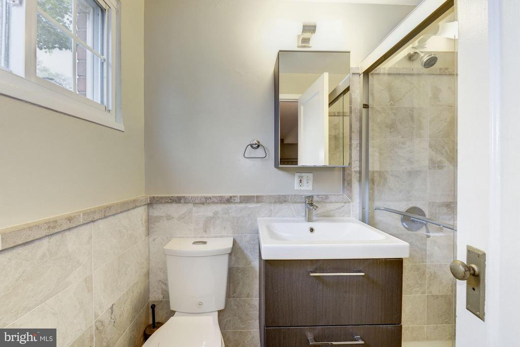 Renovated bathroom w/ sleek shower - 3340 MARTHA CUSTIS DR #215, ALEXANDRIA