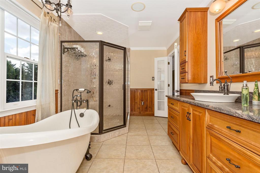 Large shower. - 2301 FARMERS CT, ADAMSTOWN