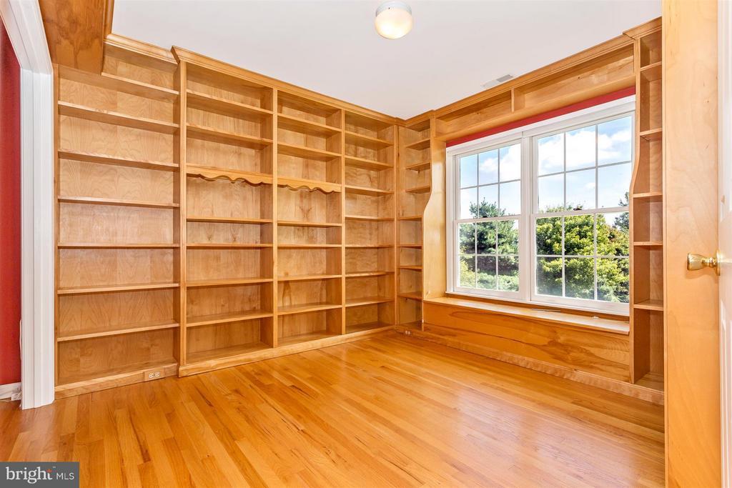 Bedroom 4/Office. Beautiful built ins. - 2301 FARMERS CT, ADAMSTOWN