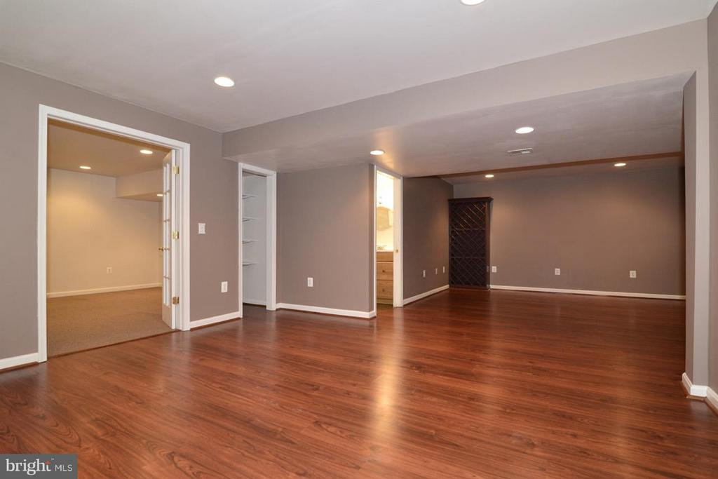 Built in wine cabinet! - 17233 MAGIC MOUNTAIN DR, ROUND HILL